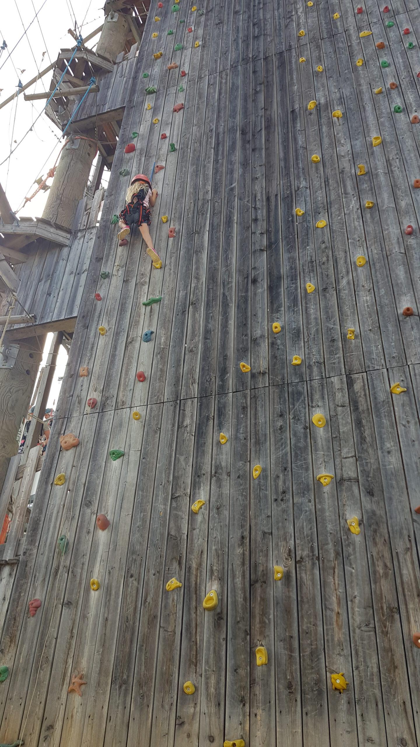 Unsere 15-Meter-Kletterwand – ein Highlight nicht nur für die Kids – unsere Juniorchefin macht es vor – kein Problem – Eltern nur zum Zuschauen erlaubt (-: