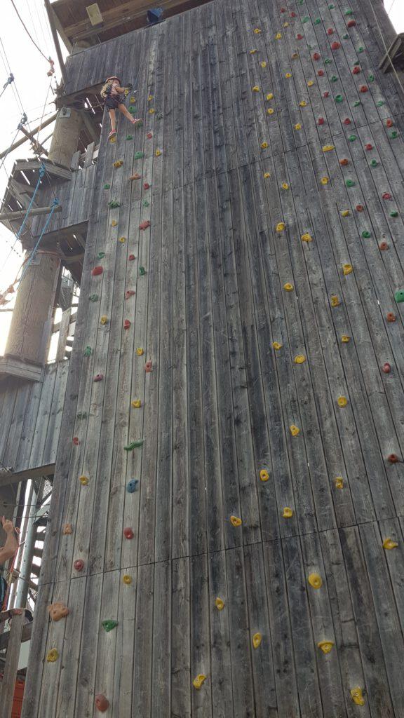 Unsere 15-Meter-Kletterwand - ein Highlight nicht nur für die Kids - unsere Juniorchefin macht es vor - kein Problem - Eltern nur zum Zuschauen erlaubt (-: