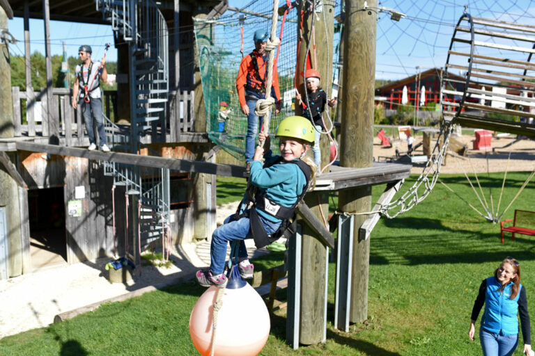 Kind bleim Klettern im Hochseilgarten Guenzburg