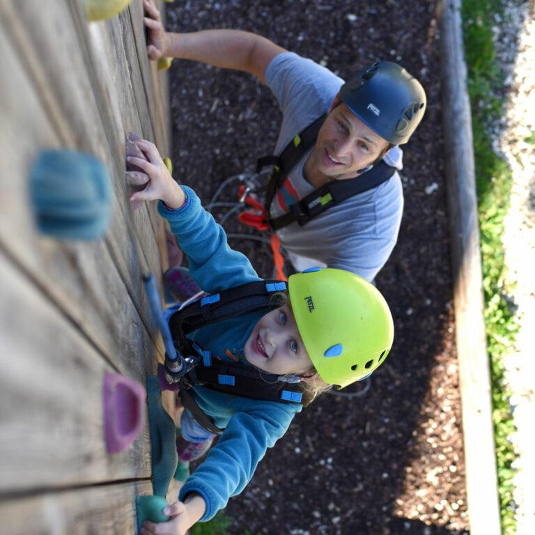 hochweilgarten-guenzburg-kind-kletterwand