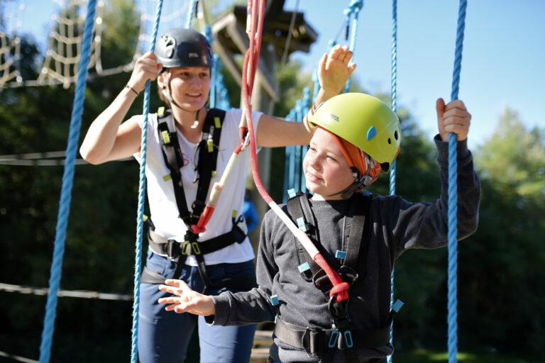 Kind und Frau im Klettergarten Legoland